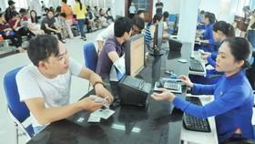 Hành khách mua vé tàu tại ga Sài Gòn. Ảnh: Cao Thăng