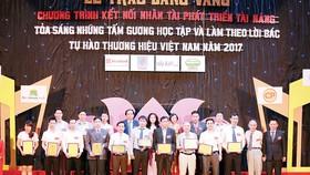 Ông Lại Quốc Tuấn - Phó Tổng Giám đốc phụ trách khu vực miền Bắc  đại diện SCB nhận giải