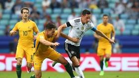 Australia (trái) chưa thể trở thành một đối thủ xứng tầm tại Confederations Cup.