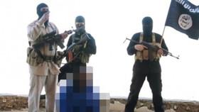IS công bố video hành quyết một người bị nhóm này bắt giữ - Ảnh: Mirror.