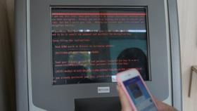 Thông báo đòi tiền chuộc hiện trên màn hình tại một điểm rút tiền của ngân hàng Oschadbank, Ukraine sau đợt tấn công - Ảnh: Reuters