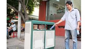 Thùng rác 2 ngăn phân biệt rác tái sinh và không tái sinh giúp phân loại rác tại nguồn hiệu quả. Ảnh: PHẠM CAO MINH