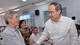 Bí thư Thành uỷ TPHCM Nguyễn Thiện Nhân trao đổi tại Hội nghị lần thứ 8 nhiệm kỳ X của Uỷ ban Mặt trận Tổ quốc Việt Nam TPHCM.Ảnh:Việt Dũng