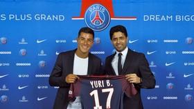 Yuri Berchiche (trái) chính là một bổ sung cần thiết cho vị trí hậu vệ cánh trái của PSG.
