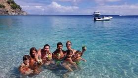Vợ chồng Suarez và vợ chồng Messi.
