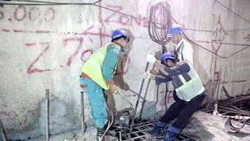 Các công nhân đang thi công tuyến đường sắt đô thị số 1  Bến Thành - Suối Tiên