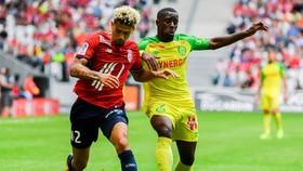 Lille (trái) đã vượt qua Nantes.