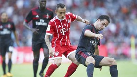 Giacomo Bonaventura (phải, AC Milan) tranh bóng với Rafinha (Bayern)