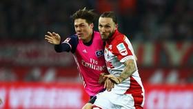 Với lợi thế sân nhà, Cologne (phải) có thể giành trọn 3 điểm trước đội khách Hamburg.