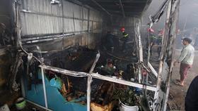 Cháy lớn tại gara ô tô trong khu dân cư