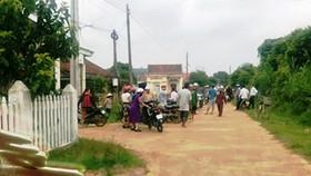 Đoàn ôtô rước dâu bị cán bộ thôn chặn vì chưa nộp đủ tiền làm đường. Ảnh: Gia đình cung cấp