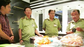 Quản lý thị trường TPHCM kiểm tra các cửa hàng Khaisilk