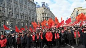 Người dân Mátxcơva diễu hành kỷ niệm Cách mạng Tháng Mười (Russia Today)     Ảnh tư liệu