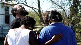 Người dân địa phương đau khổ vì mất người thân, bạn bè trong vụ xả súng nhà thờ ở bang Texas - Ảnh: Reuters.