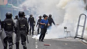 Cảnh sát Honduras trấn áp một vụ bạo động. (Nguồn: Reuters)