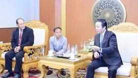 Trước đó, Bộ trưởng Trần Hồng Hà cũng đã chia sẻ kinh nghiệm quản lý đất đai với đồng chí Bounpone Sisoulath Chủ nhiệm Ủy ban Kinh tế, Công nghệ và Môi trường, Quốc hội Lào. Ảnh: TNMT