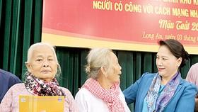 Chủ tịch Quốc hội Nguyễn Thị Kim Ngân thăm hỏi, trao quà tặng người nghèo ở   Long An.  Ảnh: TTXVN