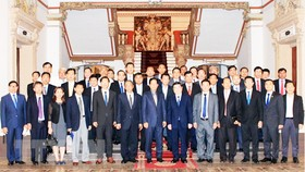 Ông Nguyễn Thành Phong cùng đoàn đại biểu cấp cao Đô thành Phnom Penh Campuchia sau buổi Hội đàm. Ảnh: Xuân Khu, TTXVN