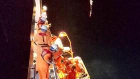 Tàu SAR 412 cứu ngư dân bị bệnh ở Hoàng Sa