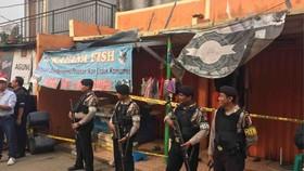 Cảnh sát Indonesia khám xét một ngôi nhà trong đợt truy quét khủng bố ở Banten ngày 16-5. Ảnh: Jakarta Post.