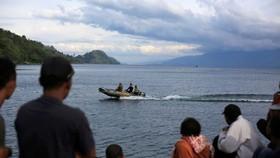 Người thân ngóng chờ tin tức từ các đội cứu hộ tìm kiếm thi thể nạn nhân - Ảnh: Reuters