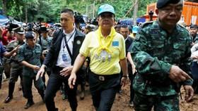 Thủ tướng Thái Lan, áo vàng, đến hiện trường thúc giục cứu hộ nỗ lực tìm đội bóng. Ảnh: Reuters