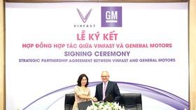 Bà Lê Thị Thu Thủy - Phó Chủ tịch Vingroup kiêm Chủ tịch VinFast và ông Barry Engle, Phó Chủ tịch điều hành kiêm Chủ tịch GM quốc tế ký thỏa thuận hợp tác chiến lược tại thị trường Việt Nam