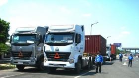 Thanh tra giao thông kiểm tra xe quá tải
