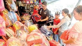 Mua cặp học sinh tại cửa hàng Phương Mỹ trên đường Nguyễn Trãi, quận 1, TPHCM   Ảnh: THÀNH TRÍ