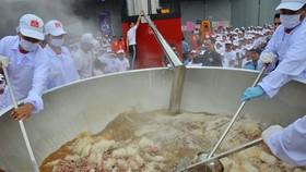 """Kỷ lục Guinness """"Tô phở bò ăn liền lớn nhất thế giới"""""""