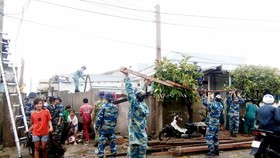 Lực lượng chức năng giúp đỡ người dân khắc phục thiệt hại, ổn định cuộc sống