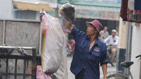 Người thu gom rác dân lập sẽ được tiếp cận các chính sách an sinh xã hội Ảnh: THÀNH TRÍ