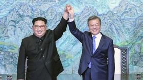 Tổng thống Hàn Quốc Moon Jae-in (phải) và nhà lãnh đạo Triều Tiên Kim Jong-un trong cuộc gặp tháng 4-2018