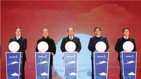 Thủ tướng Nguyễn Xuân Phúc và các đại biểu thực hiện nghi thức khai trương Cảng hàng không quốc tế Vân Đồn (Quảng Ninh)  Ảnh: TTXVN