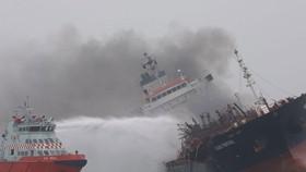 Tàu chở dầu bốc cháy ngoài khơi Hong Kong. Ảnh: SCMP