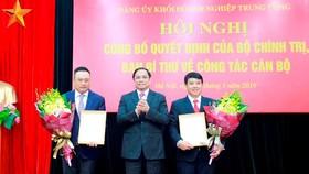 Đồng chí Phạm Minh Chính trao quyết định cho đồng chí Y Thanh Hà Niê Kđăm và đồng chí Trần Sỹ Thanh