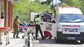 Nhân viên cấp cứu đưa một học sinh ra khỏi xe cứu thương. (Nguồn: AP)