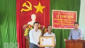 Truy tặng Huân chương Dũng cảm cho dân quân Phạm Duy Quang