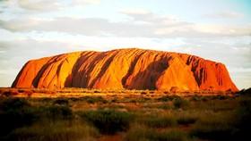 Du khách đổ về núi Uluru trước khi đóng cửa