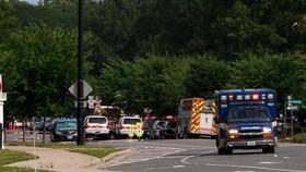 Xe cứu thương tới hiện trường vụ xả súng ở Virginia Beach, bang Virginia, Mỹ. Ảnh: AP.