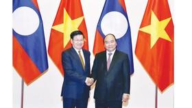 Thủ tướng Nguyễn Xuân Phúc đón Thủ tướng Lào Thongloun Sisoulith    Ảnh: TTXVN