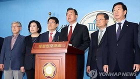 13 nghị sĩ thuộc đảng Bareun ở Hàn Quốc đã tuyên bố rời khỏi chính đảng này trong ngày 2-5-2017. Ảnh: Yonhap