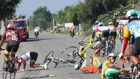 Sự cố té ngã của các tay đua ở chặng 3. Ảnh: Phạm Huy