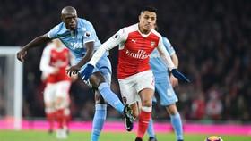Bruno Martins Indi (trái, Stoke City) tranh bóng với Alexis Sanchez (Arsenal).