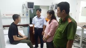 Đích thân Bí thư Đảng ủy phường Tân Hưng cùng lãnh đạo công an Phường đến tặng quà thăm hỏi, động viên anh Khang.