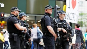 Cảnh sát vũ trang tuần tra ở TP Manchester, Anh, ngày 28-5-2017. Ảnh: REUTERS