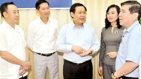 Phó Thủ tướng Vương Đình Huệ trao đổi với lãnh đạo TPHCM về đổi mới cơ chế hoạt động các đơn vị sự nghiệp công lập. Ảnh: CAO THĂNG