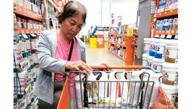 Một phụ nữ mua sơn tại Home Depot, bang California, Mỹ