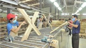 Sản xuất đồ gỗ xuất khẩu tại một doanh nghiệp. Ảnh: Cao Thăng