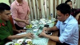 Lê Duy Phong bị bắt khi nhận 50 triệu đồng của một doanh nghiệp trên địa bàn Yên Bái vào trưa ngày 22-6